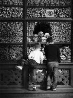 """Kaum zu glauben - auch Kids sind fasziniert von ihrem """"Inneren"""". Foto aus dem Fotobuch - Die Knochenkapelle Kutna-Hora"""