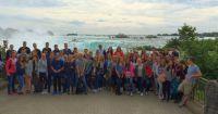 High-School-Schüler vor den weltberühmten Niagara-Fällen