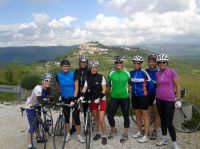 Ladies-Biking auf Istrien vor der Kulisse von Motovun (Foto: istriabike.com)