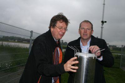 Wetterexperte Jörg Kachelmann und Volker Schwartz, Geschäftsführer des Hartl Resorts, bei der Einweihung der Wetterstation