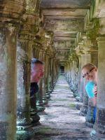 Doreen und Richard erkunden den Baphoun, einen Tempelberg im antiken Angkor Thom, nahe dem heutigen Siem Reap, Kambodscha