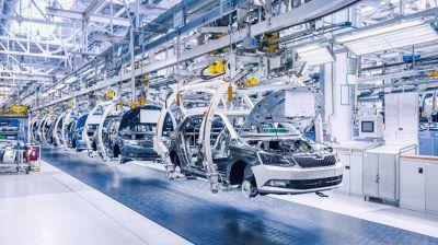 Bei vielen Autoherstellern stockt die Produktion. (© Canva Pro)