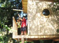 Baumhaus bauen für Kinder im Sommer