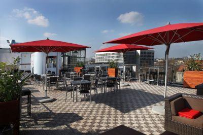 vom siebten Stock der stylischen Dachterrasse genießt man einen tollen Blick auf die City-West