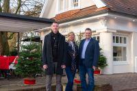 Auf dem Bild sind Ingeborg Schaepers mit Gewo-Geschäftsführer Reno Schütt (links) und Bürgermeister Thomas Berling zu sehen