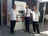 v.l.: Stefan Reuter (FCA), Holger Lutzenberger (Hotel Schempp), FCA-Trainer Markus Weinzierl