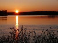 Die Mitternachtssonne am Vastavalo See; Bildrechte: Visit Finland, Pertti Harstela