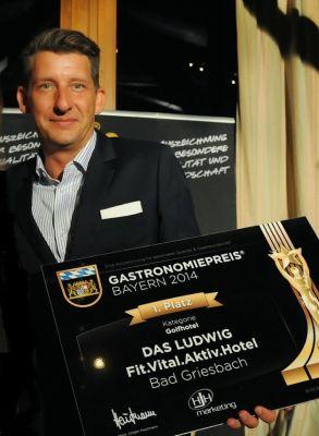 Hoteldirektor Hans Neumaier bei der Preisverleihung des Bayerischen Gastronomiepreises in der Kategorie Golfhotel