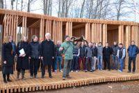 Die Fertigstellung des Holzbaus der Greifvogelstation feierten alle Beteiligten mit einer Flugschau im Seepark.