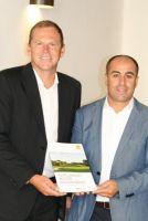 Volker Schwartz, CEO Hartl Resort und Ergül Altinova, CEO golf.extra, präsentieren die Hartl Resort Winter Golfakademie