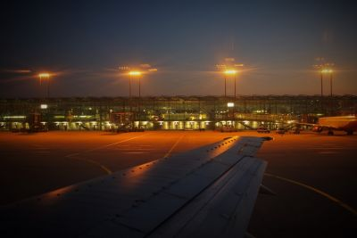 Flughafen Köln bei Nacht (© Bild von Ralph Klein auf Pixabay )