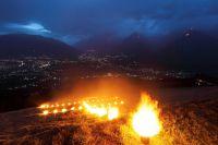 Die traditionellen Lagerfeuer schmücken die Hänge der Südtiroler Bergwelt.