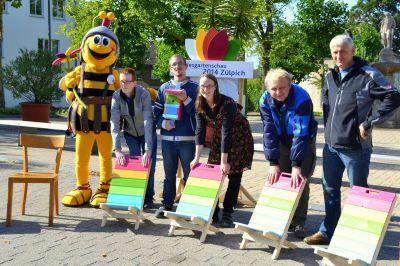 Schöne Stühle brachten die Bürger für die lange Tafel der Landesgartenschau Zülpich 2014.