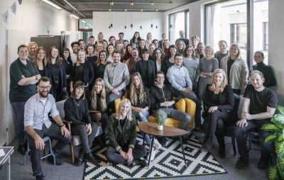 In Salzburg entstanden, weltweit erfolgreich: Mehr als 70 hotelkit-Mitarbeiter freuen sich mit ihrem Gründer Marius Donhauser.