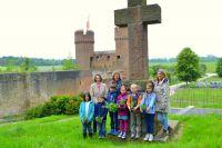 Dr. Iris Hofmann-Kastner (v.l.), Brigitte Zeller und Judith Dohmen-Mick zeigten den Kindern den Platz für den Kräutergarten.