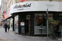 Der Alchemist liegt charmant an einer Ecke der Graf-Adolf-Straße.