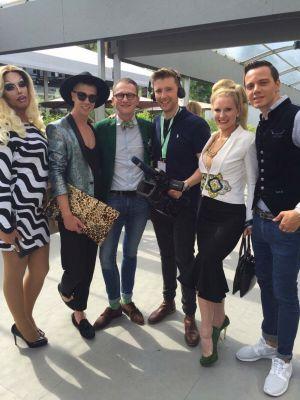Stammgäste im Auberge: Fashion Blogger Star Maximilian Seitz (zweiter von links) und sein Kollege Wolf-Thomas Karl (rechts)