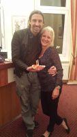 Spitzenkoch Wolfgang Weigler serviert Hotelinhaberin Antje Last einer Berliner Currywurst
