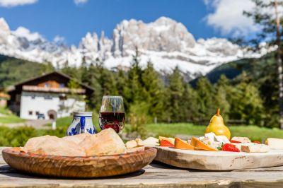 Traditionelle Gerichte in den traumhaften Südtiroler Dolomiten