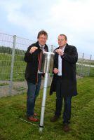 Wetterfrosch Jörg Kachelmann und Hartl Resort Geschäftsführer Volker Schwartz bei der Wetterstation Bad Griesbach