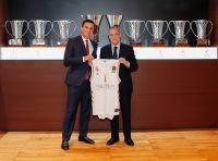 Abel Matutes Prats und Florentino Pérez präsentieren das neue Trikot der Real Madrid Basketballmannschaft