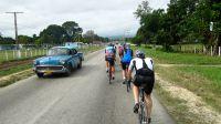 Radfahrer auf der Straße von Trinidad nach Cienfuegos