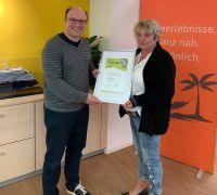 Inhaber Christian Oberfell freut sich über die Auszeichnung (vl: Christian Oberfell, RTK-Vertreterin Martina Roth)