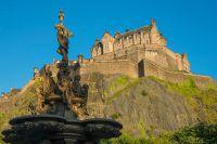 """Auf dem """"Castle Rock"""" ragt Edinburgh Castle, ehemaliger Sitz der Könige von Schottland, über der Stadt (c)VisitScotland"""