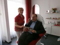 Ralph Katthöfer, Direktor des Hotel Maximlian, präsentiert eine scharfe Sache