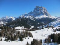 Skifahren in der verschneiten Landschaft der Dolomiten– Hotel Schgaguler