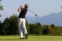 Golfen mit Blick auf die Berge - © Chiemsee-Alpenland Tourismus