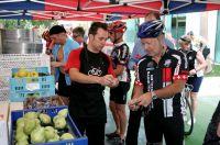 Sportlicher Urlaub: Triathleten an der Verflegungsstation