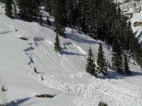 Eine tiefe Schneeschicht kann den darauf liegenden Schnee nicht mehr halten.