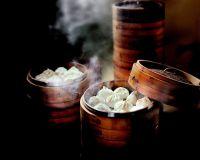 Eine taiwanische Spezialität ist xialongbao. Die gefüllten Teigtaschen werden traditionell in Bambuskörben gedünstet.