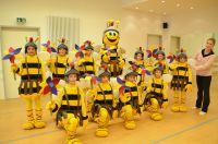 Swetlana Peters (r.) übt mit den Kindern den Tolbienchentanz ein. Bild: Landesgartenschau Zülpich 2014 GmbH