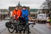 Einfach nicht zu stoppen: Sven Marx (links) und sein Copilot Jürgen Pansin (rechts) mit ihrem Pino Steps