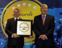 Dr. Temel Kotil, CEO von Turkish Airlines, und Edward Plaisted, CEO von SKYTRAX bei der Preisverleihung.