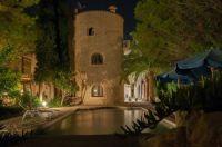 Der Turm des kleinen Landhotel Can Davero in Mallorca bei Nacht. Romantik Pur abseits der Urlauber