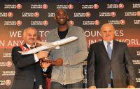 CEO Dr. Temel Kotil (links) und Vorstandsvorsitzender Hamdi Topcu begrüßten US-Basketballstar Kobe Bryant in Istanbul