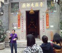 """Tour Guide Paul Chan von """"Walk In Hong Kong"""" bringt den Teilnehmern Hongkongs kulturelle Vergangenheit näher. Foto: HKTDC"""