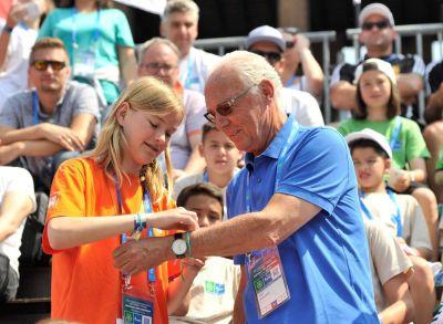 F4F-Botschafter Franz Beckenbauer gibt sein Fußballwissen an  junge Spieler aus der ganzen Welt weiter. (Foto: F4F/PAO Gazprom)