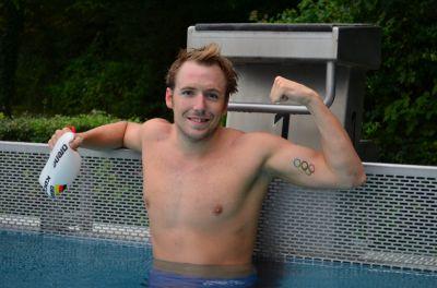 Brustschwimmer Marco Koch trägt sein Ziel auf dem Arm