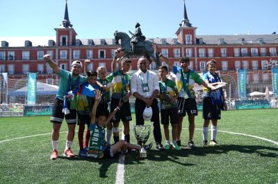 "Roberto Carlos mit jungen ""F4F""-Sportlern in Madrid 2019 (Foto: AGT / Football for Friendship)"
