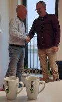Besiegeln die Fortsetzung der Partnerschaft zwischen ixxcon und den Crocodiles: Sven Gösch (rechts) und Stefan Boddenberg.