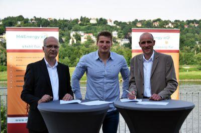 Die M4Energy Vorstände Bernd Meier (li.i.B.) u. Maik Junker (re.) mit Tom Liebscher während der Unterzeichnung. Foto: P&M/ IW