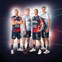 Die Handballstars der SG Flensburg-Handewitt präsentieren die neuen Heim- und Auswärtstrikots von ERIMA