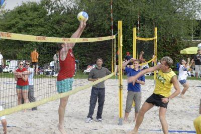 Beim KLB-Beachvolleyball-Cup in Leverkusen kämpfen bis zu 50 Hobby-Teams um den Sieg.