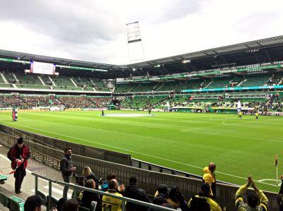 """Kath Gruppe mit Gästen im Fußballstadion in Bremen/Projekt """"Kids am Ball"""""""
