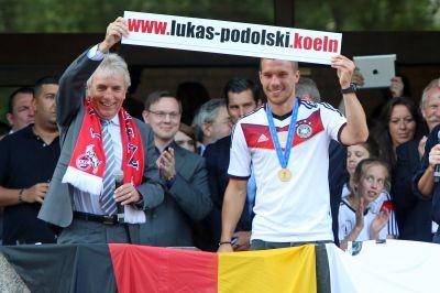 """Lukas Podolski und Kölns Oberbürgermeister Jürgen Roters präsentieren stolz """"Lukas-Podolski.Koeln"""" (Foto:dotkoeln/Netcologne)"""