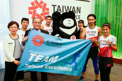 Posieren mit dem Fortune Bear: Agnes Hwa-Yue Chen,Kevin Lin, Peter Huang, Cliff Chiang,Chiu Nein Tzu, Chang Chia-Che, Chen Ya Fen